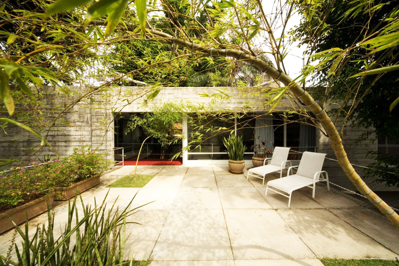 concrete modern residence in brazil with beautiful garden  (7)
