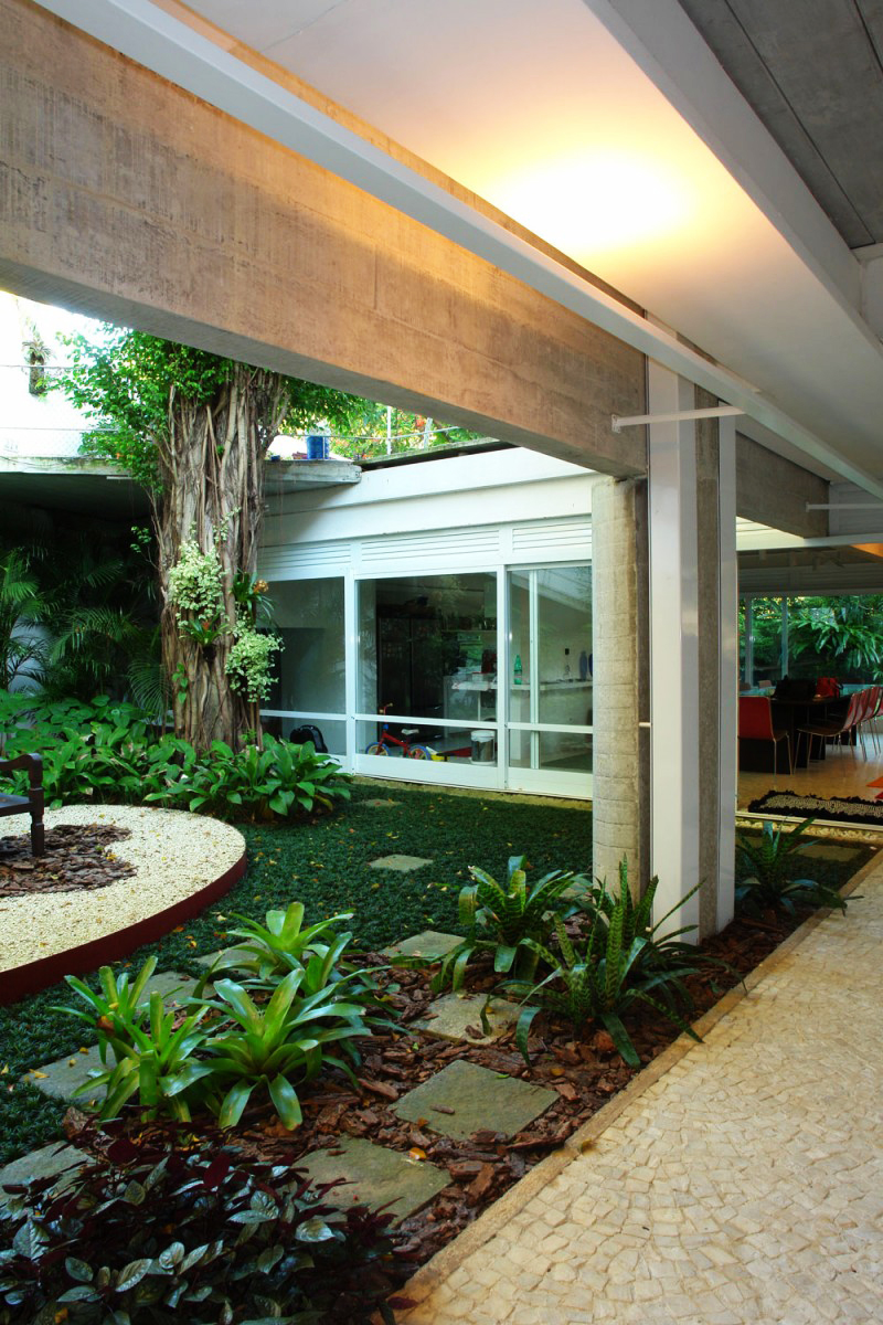 concrete modern residence in brazil with beautiful garden  (8)