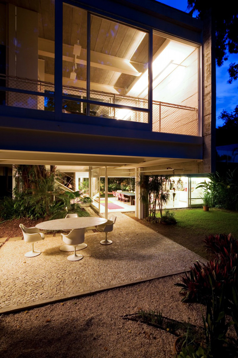 concrete modern residence in brazil with beautiful garden  (9)