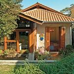บ้านร่วมสมัยชั้นเดียว สร้างด้วยอิฐหลังคามุงกระเบื้อง นำเสนอศิลปะที่เป็นเอกลักษณ์