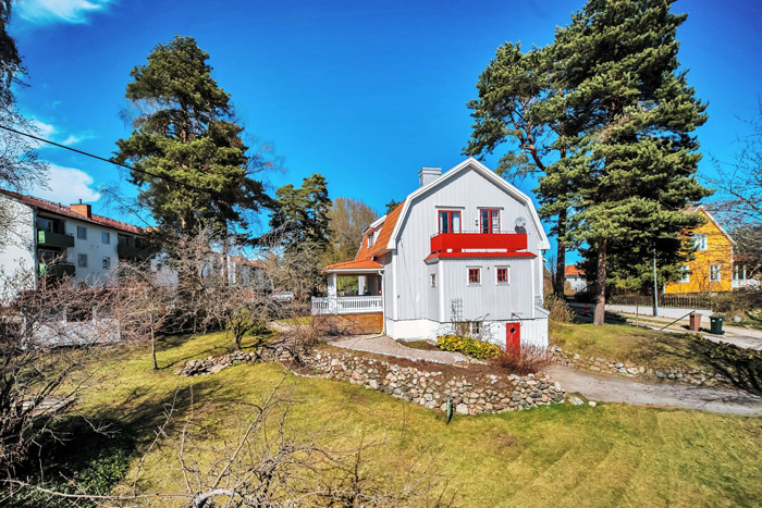 contemporary swedish cottage wooden house (13)