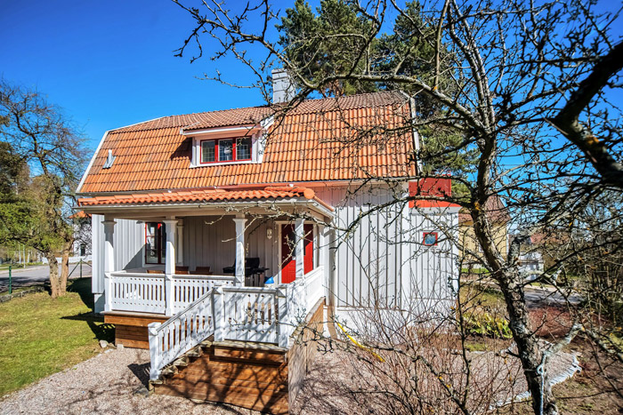 contemporary swedish cottage wooden house (14)