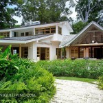 บ้านสองชั้นสไตล์ร่วมสมัย-โทรปิคอล กับรูปแบบตกแต่งที่ดูโล่ง กว้างขวาง และเบาสบาย