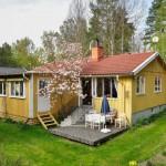 บ้านกระท่อมไม้ 2 ห้องนอน 1 ห้องน้ำ ภายนอกสีเหลืองสดใส ตกแต่งภายในเรียบง่ายโล่งๆ