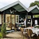 บ้านกระท่อมไม้เพื่อครอบครัวขนาดเล็ก ภายนอกใช้สีดำเข้ม ภายในแต่งขาวโปร่งโล่ง
