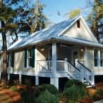 บ้านกระท่อมไม้แบบดั้งเดิม ออกแบบหลังคาจั่วมีกันสาด พร้อมยกพื้นสูงให้โปร่ง