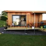บ้านกระท่อมไม้หลังเล็กแนวคอมแพ็ค สร้างเป็นบ้านพักผ่อน หรือรีสอร์ทก็น่าจะดี