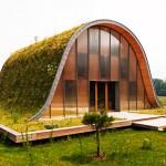 บ้านหลังคาสีเขียว สร้างแนวอีโคอนุรกษ์ธรรมชาติ กับรูปทรงหลังคาโค้งมีเอกลักษณ์