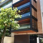 บ้านทาวน์เฮาส์กลางเมืองบราซิล ใส่ศิลปะตกแต่งด้วยไม้และกระจก สร้างบรรยากาศน่าอยู่
