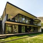 บ้านสองชั้นแบบโมเดิร์น บนโทนสีเข้มขรึม ภายในโปร่งโล่ง และสวนสีเขียวรอบบ้าน