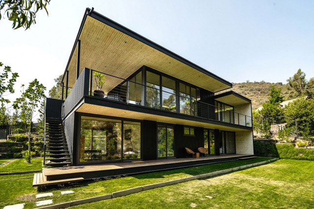 modern house with yard in chile (1)