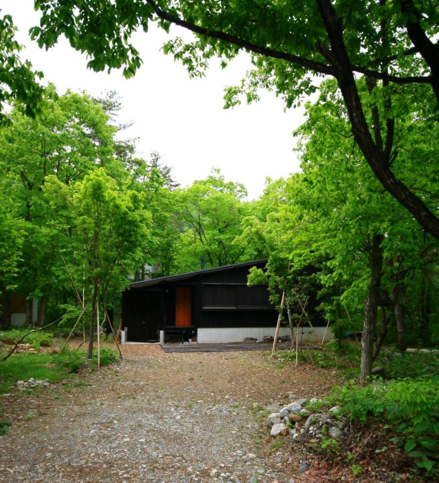 modern wooden japanese house in countryside (1)