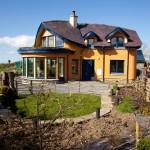 ไอเดียบ้านดินออกแบบเป็นสองชั้นแนวคอทเทจ สีเหลืองน่ารัก แต่งภายในโล่งตา
