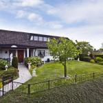 บ้านชั้นเดียว มาพร้อมกับสวนกว้างขวางภายนอก และการตกแต่งภายในแบบคลาสสิค