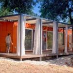 บ้านตากอากาศจาก 'ตู้คอนเทนเนอร์' ภายนอกดูสีสันสดใส ภายในแต่งโล่งให้อยู่สบาย