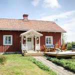 บ้านทรงคอทเทจ ใช้สีแดงสร้างความโดดเด่น กับภายในที่ทั้งโล่งและมีชีวิตชีวา