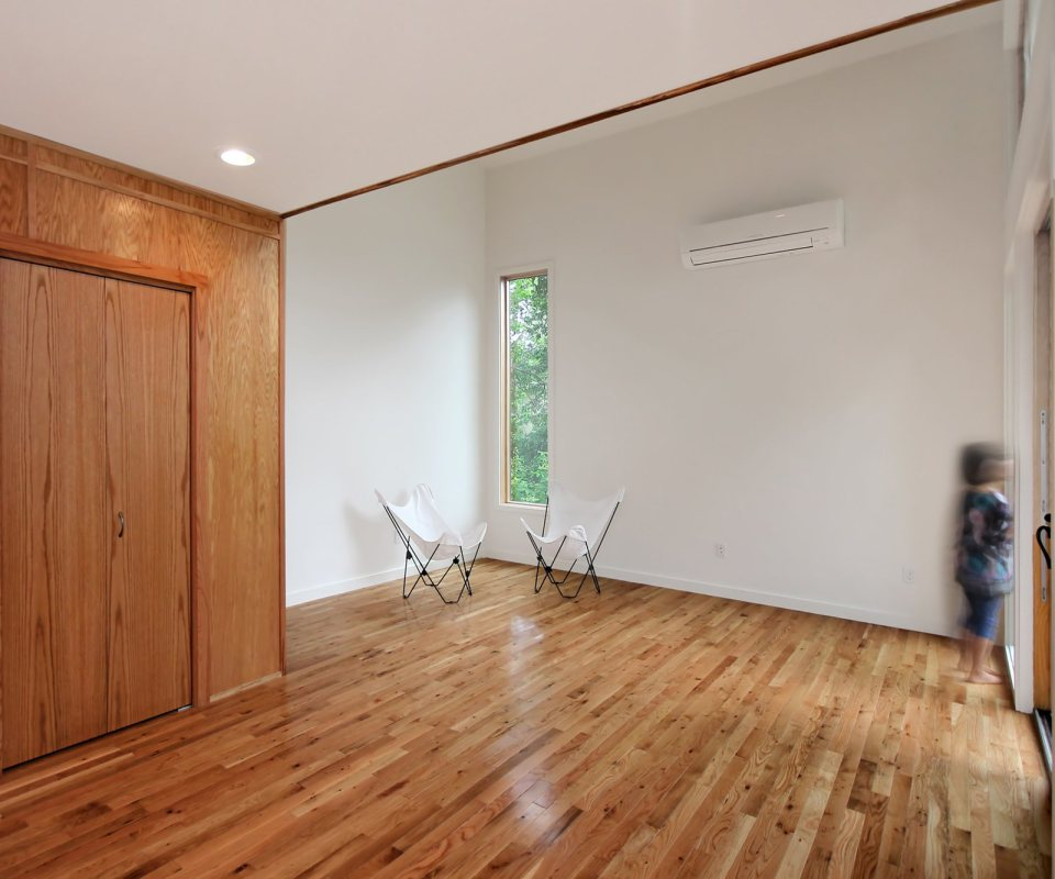 vacation house in forest modern birght white wooden interior (11)