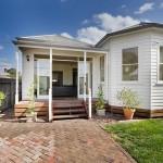 บ้านชั้นเดียวออกแบบสไตล์วิคตอเรีย ตกแต่งภายในทันสมัย โปร่งโล่ง ในโทนสีเรียบง่าย