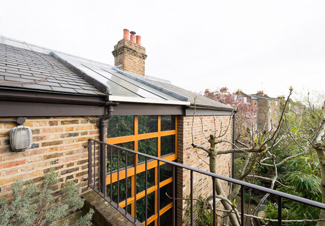 classic brick townhouse with wooden interior in london city (9)