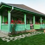 บ้านแบบเรียบง่ายร่วมสมัย แต่งด้วยสีสันสดใสเป็นจุดเด่น ทั้งภายนอกและภายใน