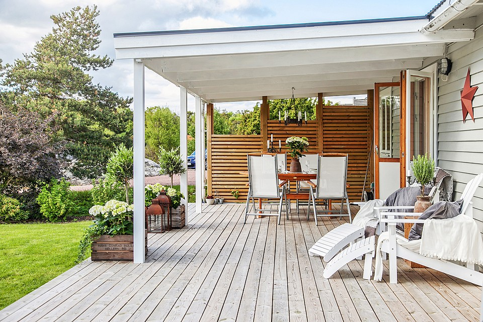 country cottage house with white wooden design in swedish countryside (4)