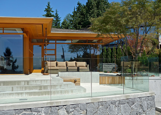 hilltop modern wooden glass house with bright elegant interior (18)