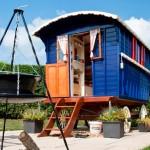 บ้านกระท่อมหลังเล็กจิ๋ว ออกแบบแนวย้อนยุค ให้ความรู้สึกน่ารักสบายตา