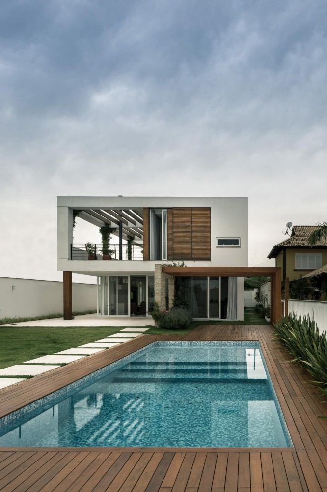 modern house with yard and pool located in brazilian city (3)