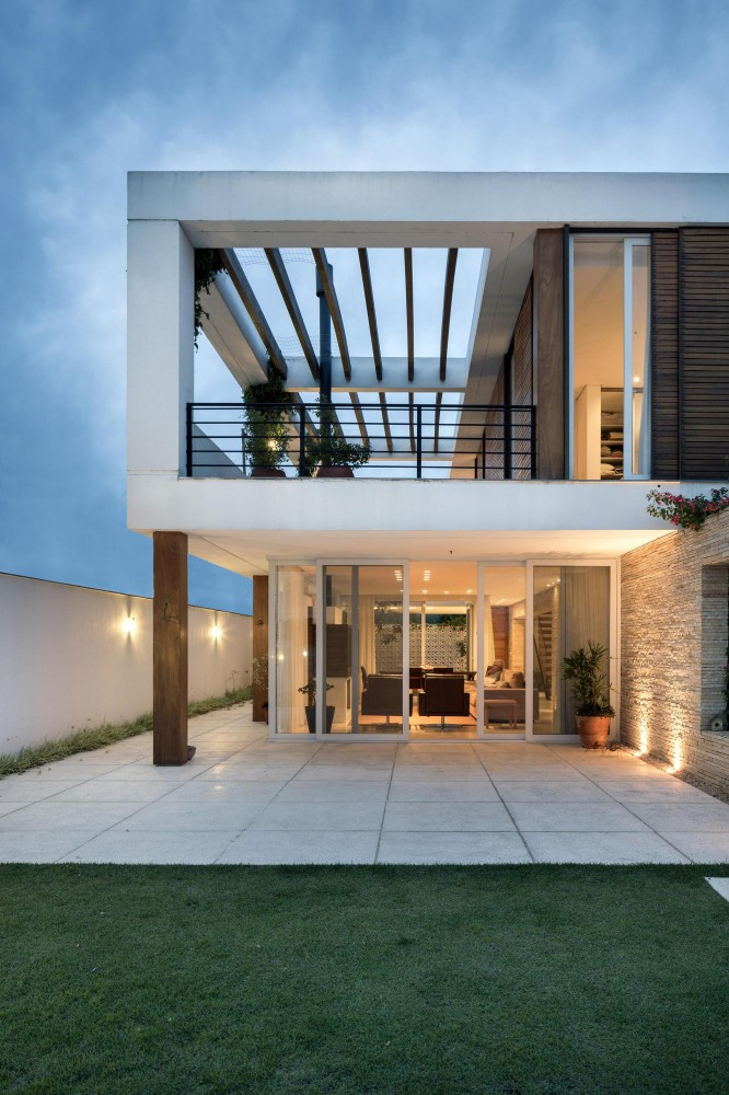 modern house with yard and pool located in brazilian city (5)