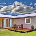 แบบบ้านทรงตัวแอล ดีไซน์อย่างเรียบง่ายและลงตัว พร้อมเฉลียงไม้และสนามหญ้ารอบบ้าน