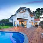 บ้านแนวร่วมสมัยขนาดสองชั้น พร้อมสระว่ายน้ำ และลานไม้แสนสวย