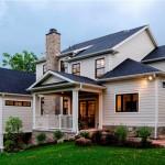 บ้านแนวร่วมสมัยขนาดสองชั้น โทนสีขาวเรียบๆ มาพร้อมพื้นที่ใช้สอยภายนอกสุดคลาสสิค