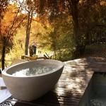 35 ไอเดียตกแต่งห้องอาบน้ำกลางแจ้ง เพิ่มความสุนทรีย์ให้กับการอาบน้ำของคุณ