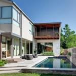 บ้านแนวโมเดิร์น พร้อมระเบียงบ้านแสนสวย และสระว่ายน้ำสุดหรู