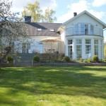 แบบบ้านแนววิลล่าขนาดชั้นครึ่ง ความสงบร่มรื่นและหรูหรา สำหรับวันพักผ่อนของครอบครัว