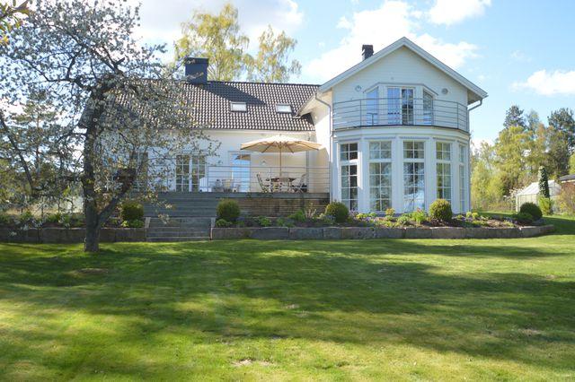 big-white-elegant-contemporary-villa (1)
