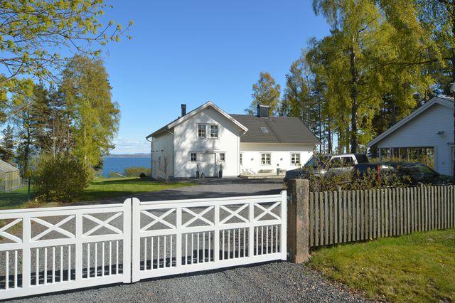 big-white-elegant-contemporary-villa (6)