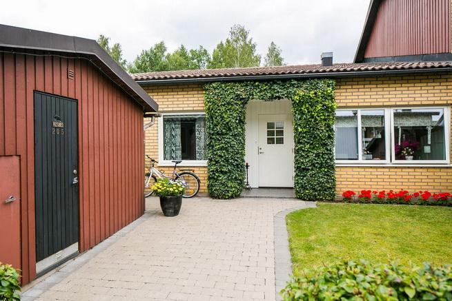 contemporary brick flat with small backyard (4)