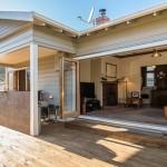 บ้านไม้สไตล์ร่วมสมัย ดูเรียบง่าย คลาสสิคด้วยไม้ที่ภายใน สดใสที่สีขาวภายนอก