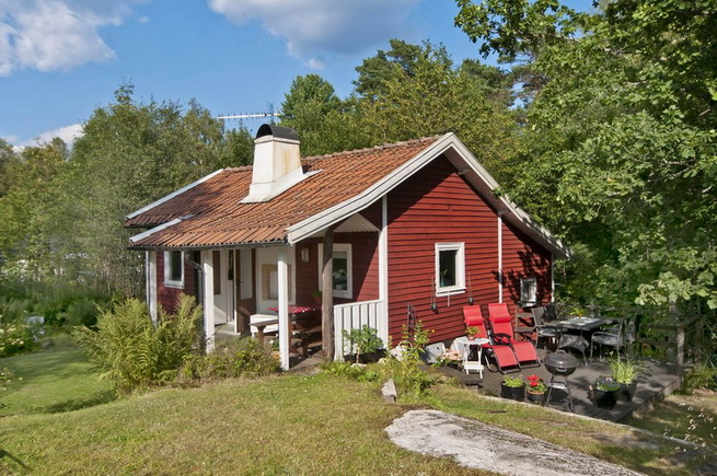 cozy-red-cottage-in-wood (1)