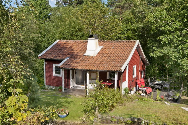 cozy-red-cottage-in-wood (5)