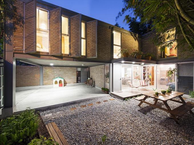 gray brick house with stone garden (3)