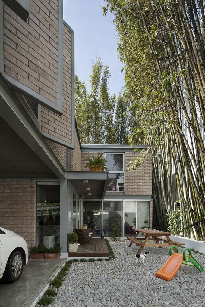 gray brick house with stone garden (8)