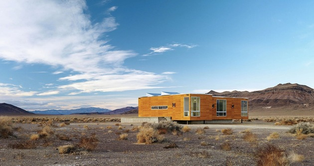 isolated-container-modern-house-in-desert (1)