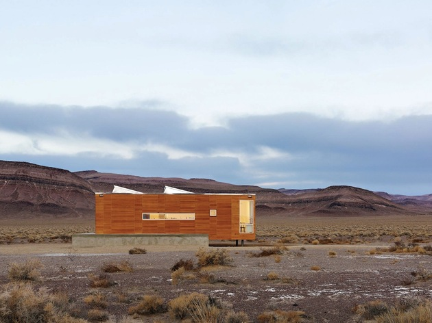 isolated-container-modern-house-in-desert (2)
