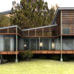 แบบบ้านโมเดิร์นยกพื้น ออกแบบด้วยแนวคิดอนุรักษ์พลังงาน กลมกลืนไปกับธรรมชาติสีเขียวอันร่มรื่น