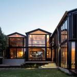 บ้านกระจกโทนสีดำทึบ ตั้งอยู่กลางเมือง แต่ให้ความรู้สึกเหมือนบ้านริมน้ำ