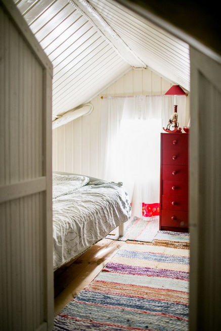 red-cottage-with-wooden-patio (16)