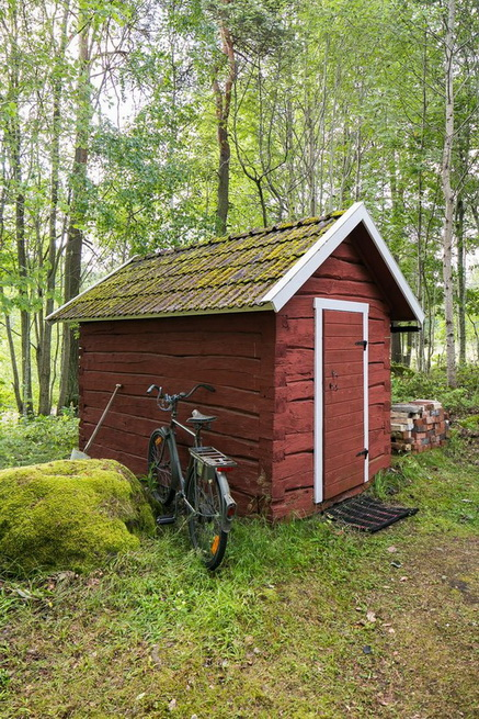 red-cottage-with-wooden-patio (17)