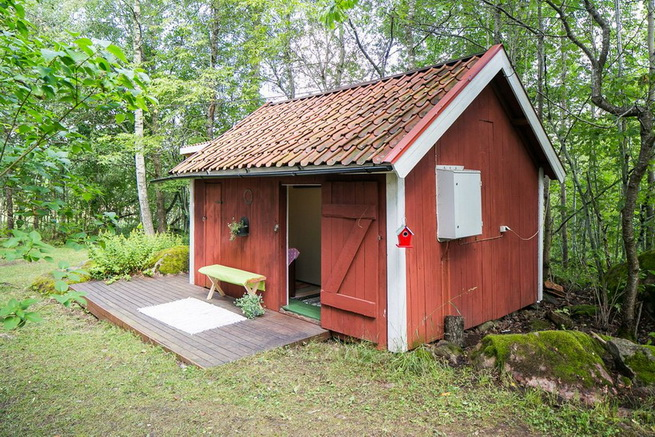 red-cottage-with-wooden-patio (24)